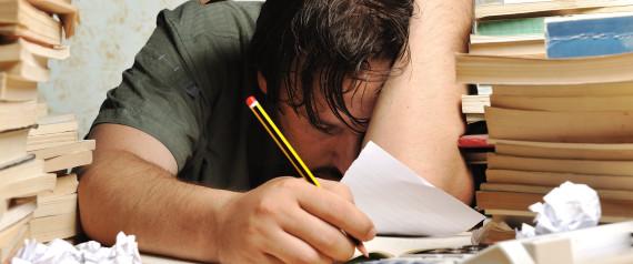 hombre tirado en el escritorio con cara de cansancio