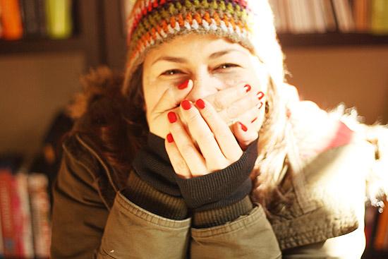 mujer burlandose con gorro de invierno