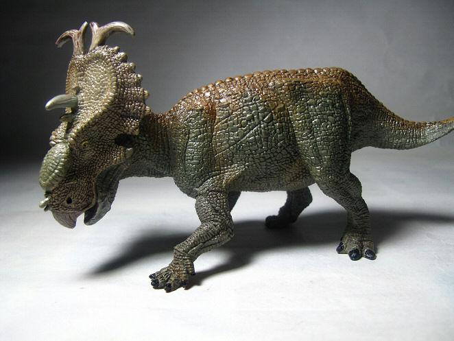 juguete dinosaurio verde y fondo blalnco