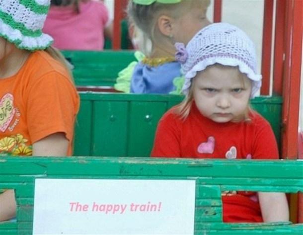niña enojada porque la subieron al trenecito donde dice tren feliz