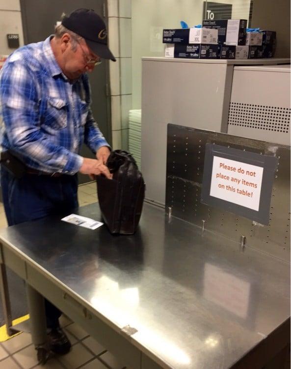 hombre que pone su maletin donde esta prohibido