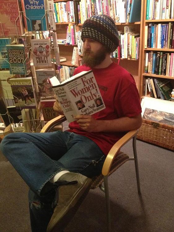 hombre leyendo un libro inspirado y creado para y por las mujeres