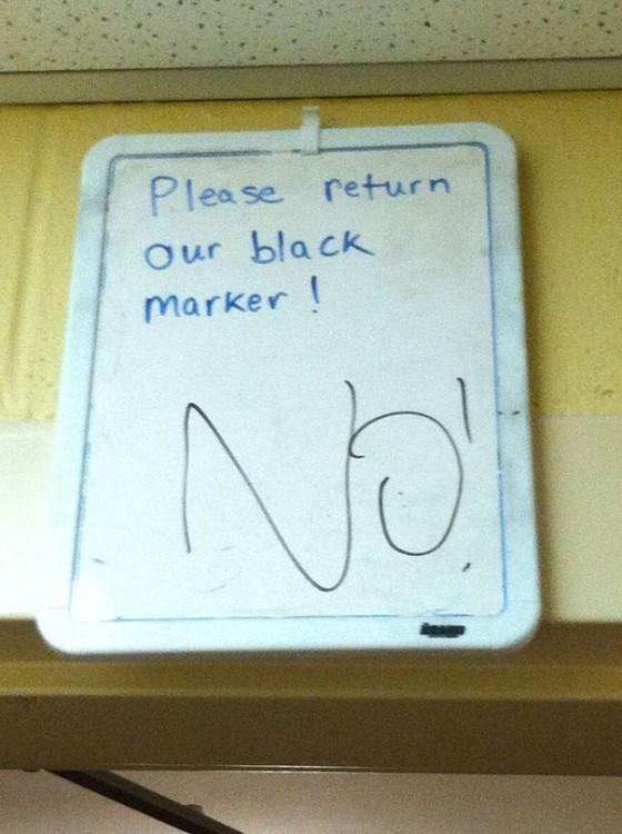 pizarron donde le piden quele devuelva el marcador negro