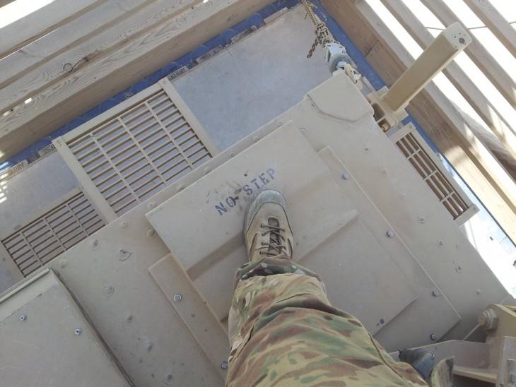 soldado desacata ordenes extrictas en el tanque