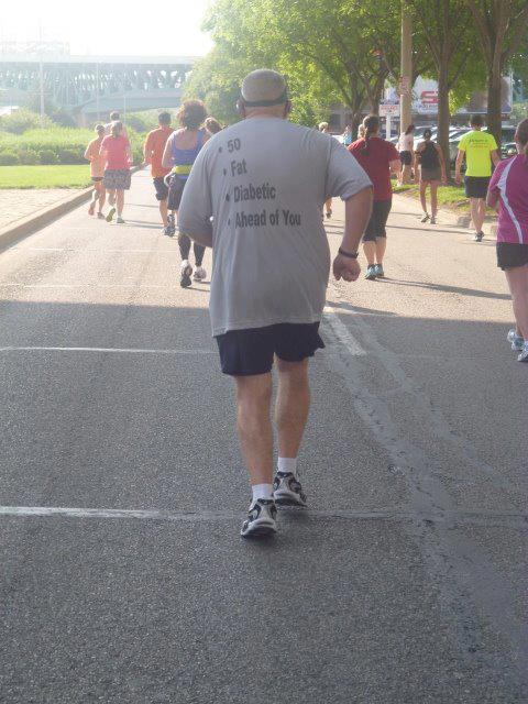 hombre mayor en carrera con playera alusiva a su condición fisica
