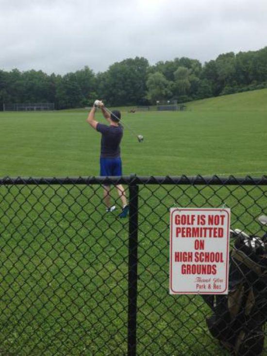 hombre de short azul jugando en un campo donde esta prohibido el golf