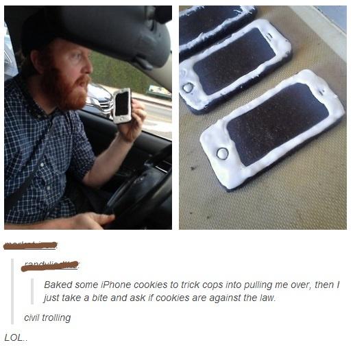 hombre hornea galletas en forma de celular para molesetar a policías