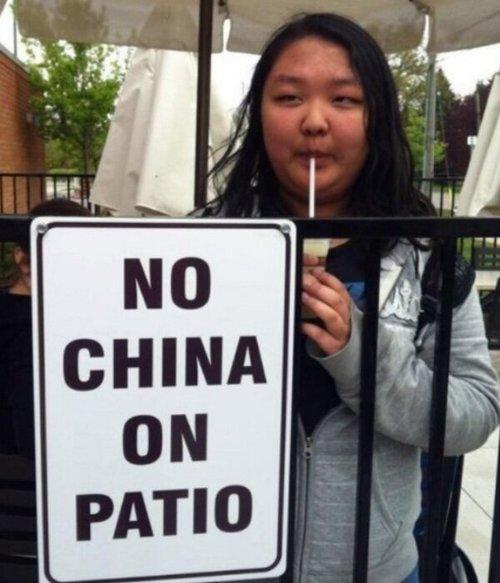 mujer china en el patio tomando malteada