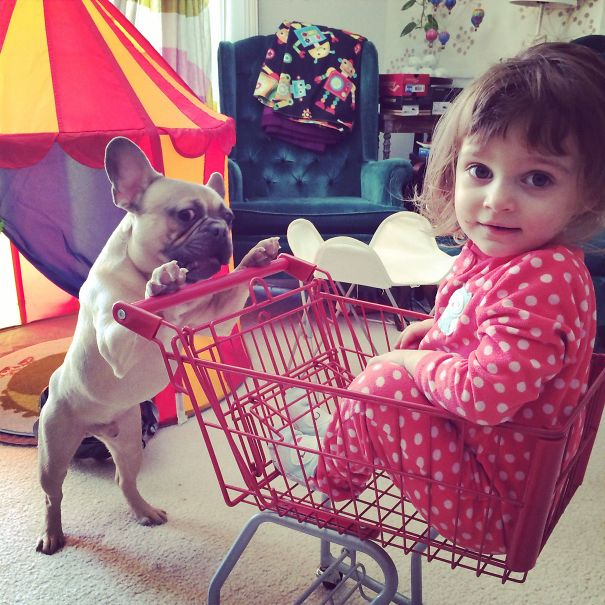 frances empujando el carrito de una pequeña