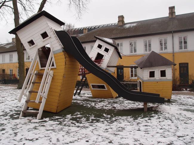 resbaladillas en forma de casas torcidas