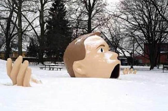 escultura de una cabeza de hombre con la boca abierta