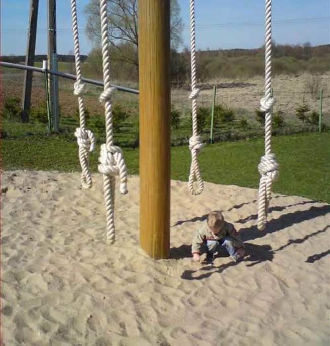 cuerdas para trepar con un niño debajo de ellas