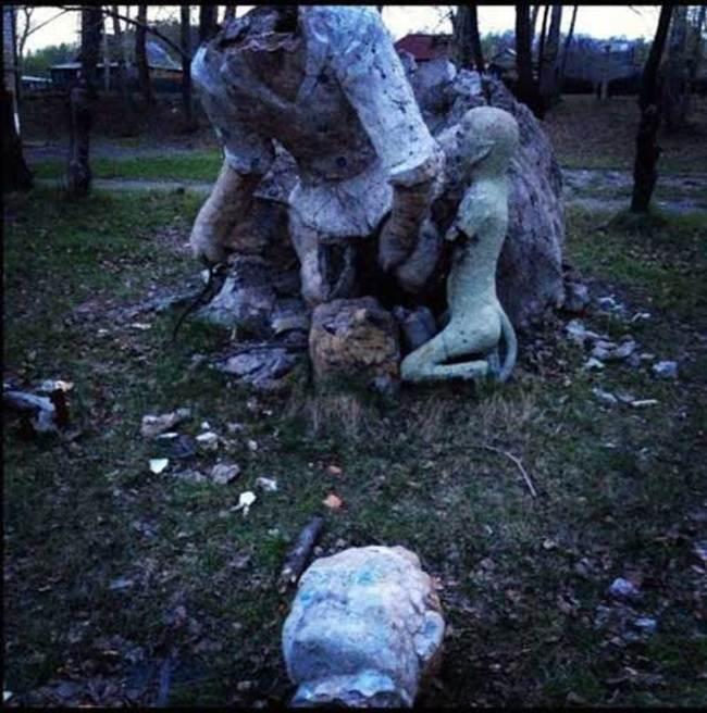 juego del parque decapitado sostenido por un demonio