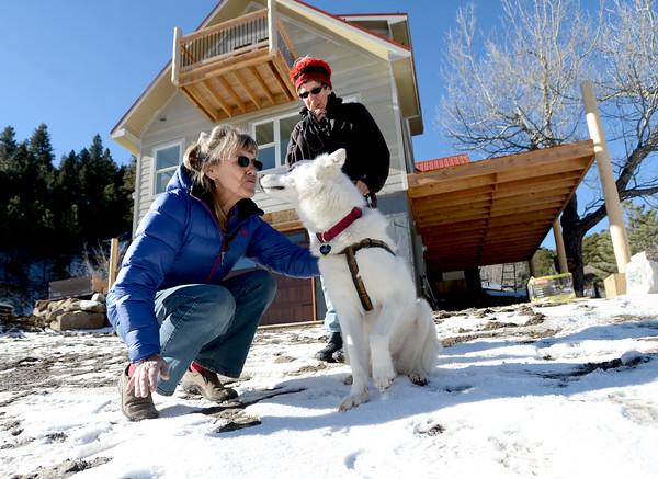 mujer besando al perro del vecino muy fraternalmente