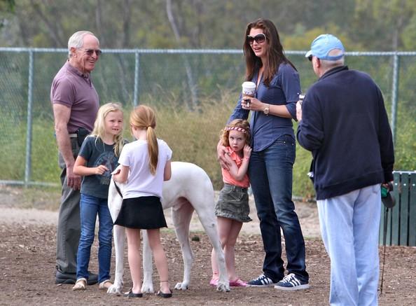 familia peseando al perro