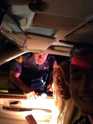 se toman selfie antes de ser multados por el policia