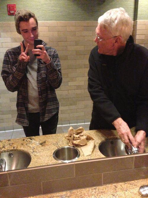 abuelo queda sorprendido al ver al nieto tomarse una selfie