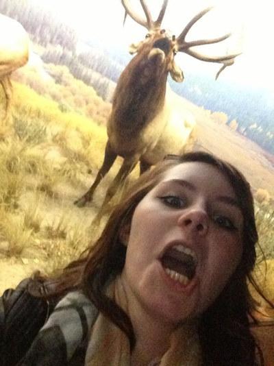 niña se toma selfie imitando a un alce