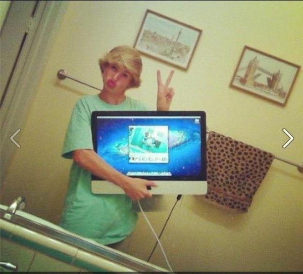 chavo se toma selfie con su ordenador de escritorio en el baño a falta por ridiculo