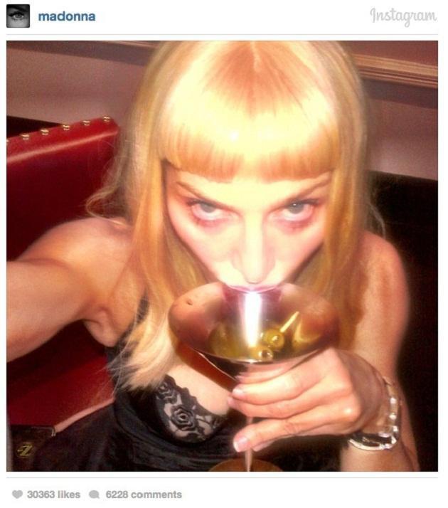 madonna selfie con un martini donde no luce muy agraciada