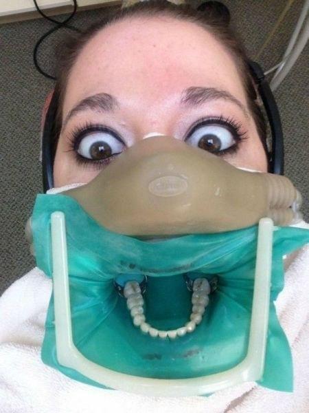 mujer se toma selfie mientras esta en el proceso de blanquemiento de los dientes
