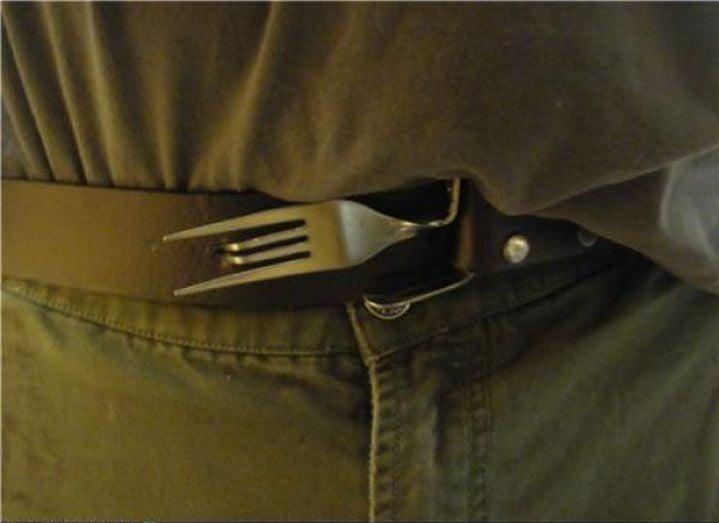 cinto arreglado con un tenedor como hebilla
