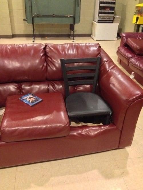 sillón rojo con una silla en el lugar del cojin que se hundió