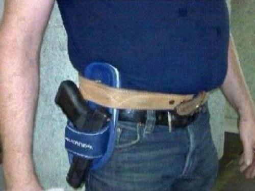 sandalia como funda para pistola