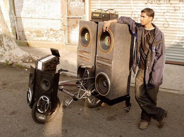 hombre equipa con sonido a una bicicleta