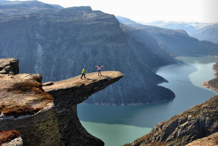 Personas a la orilla de la TrollTunga de Noruega