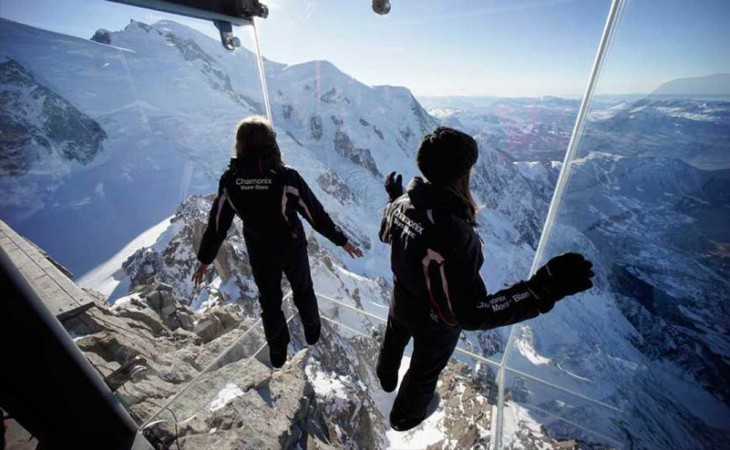 chicas dentro del  Step Into The Void en una montaña de Europa