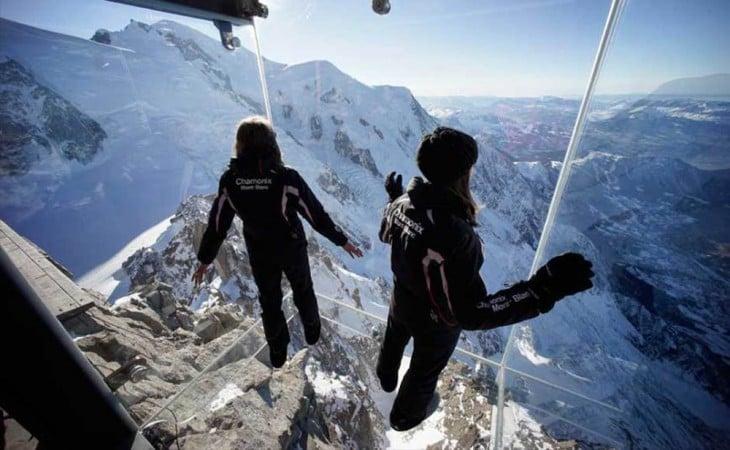 chicas dentro del  Step Into The Void en una montaña de Europa
