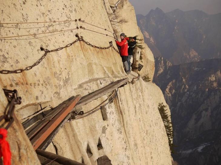 Personas caminando a través del Monte Huashan