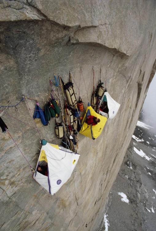 Casas de campaña colgando de la pared de un acantilado