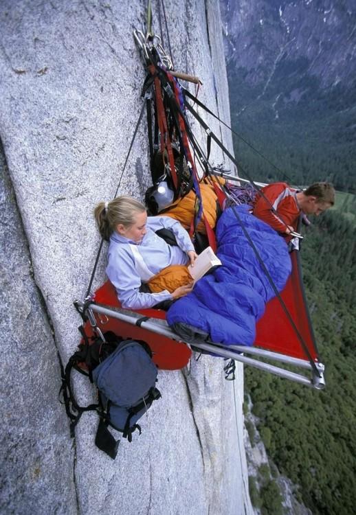 Personas en una hamaca colgada de una pared en un acantilado