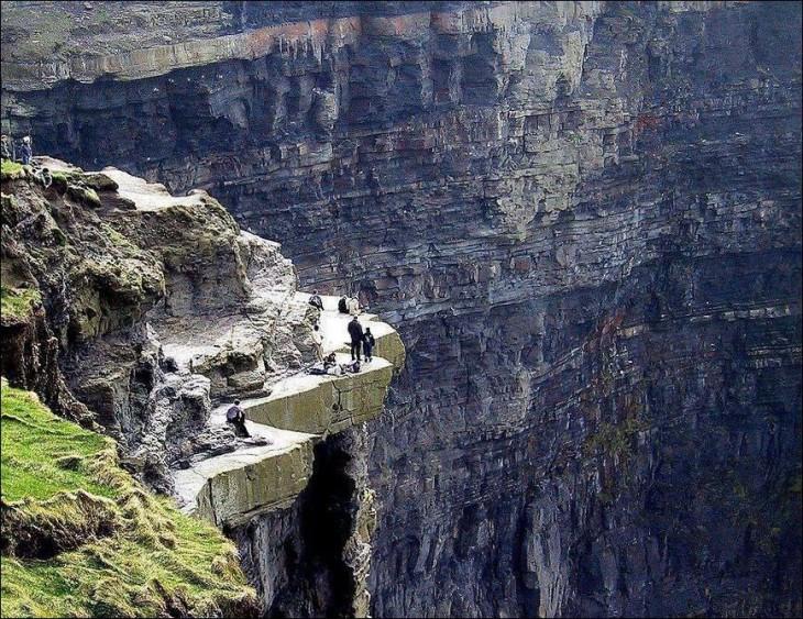 Personas caminando sobre el acantilado de Moher