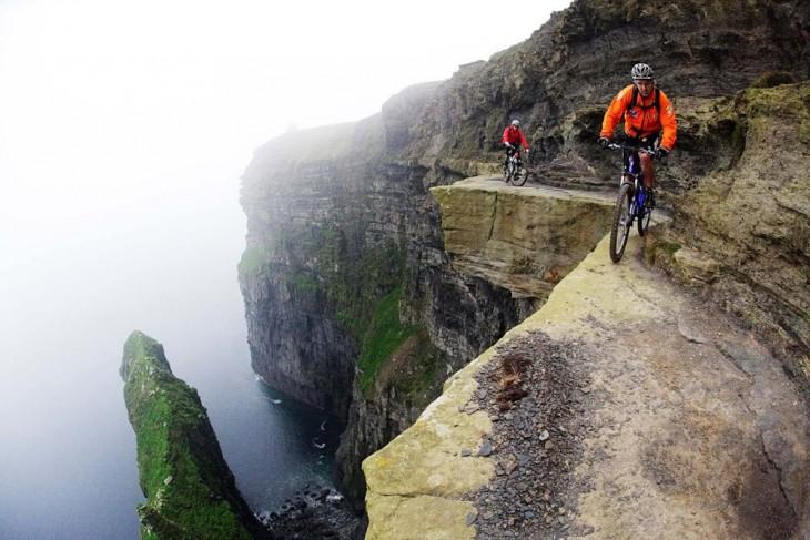 Personas en su bicicleta dando una vuelta sobre el acantilado de Moher