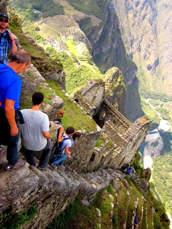 Personas bajando sobre la montaña Huayna Picchu