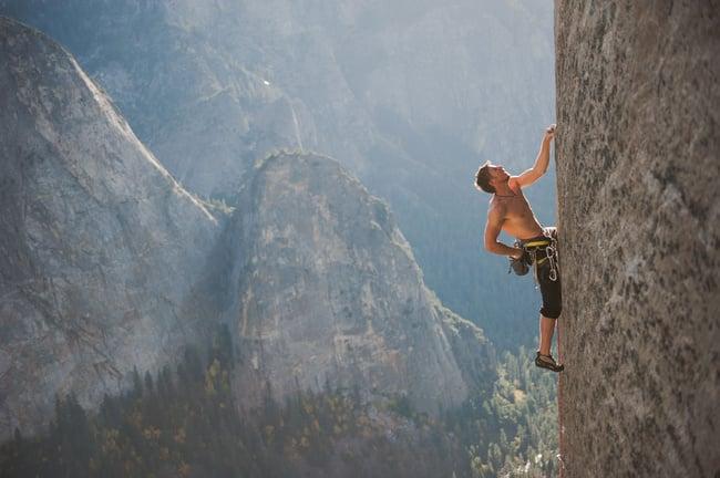 Persona escalando una montaña en Yosemite