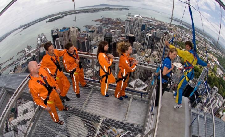 Personas esperando a lanzarse de la Sky Tower