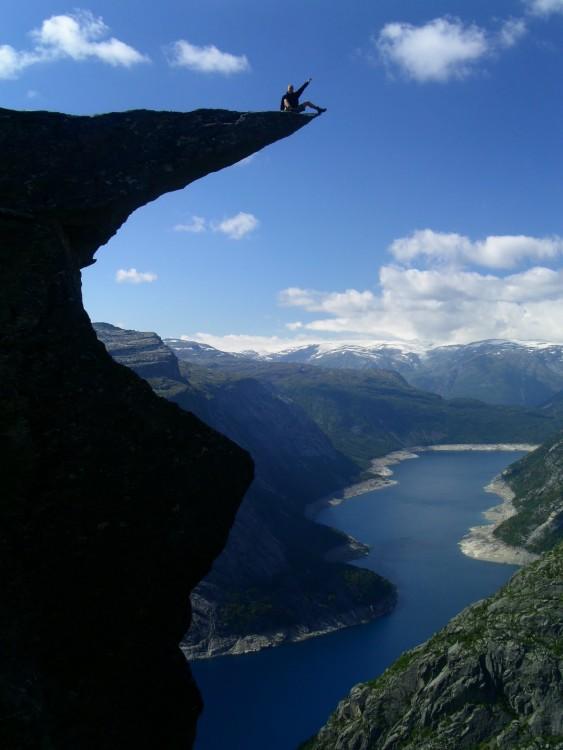 Persona a la orilla de TrollTunga en Noruega