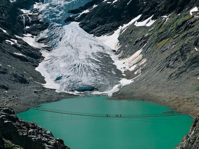 toma lejana del puente Trift en los Alpes Suizos