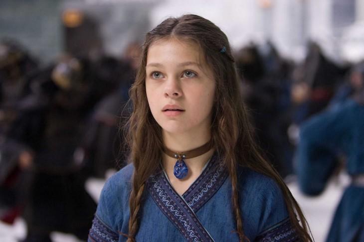 Nicola Peltz en una película de niña