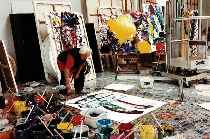 Sam Francis con sus obras de arte