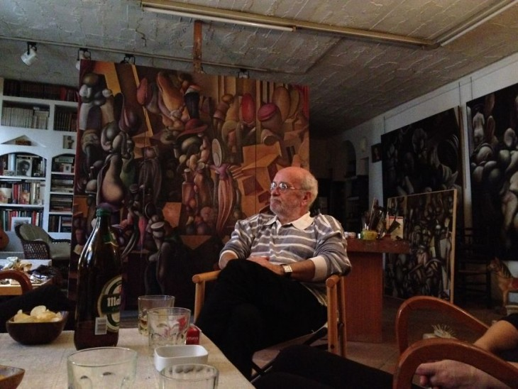 Ángel Muriel sentado en su estudio