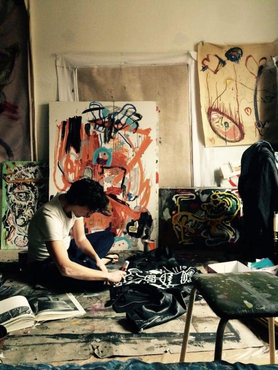 Vinicius pintando en su estudio