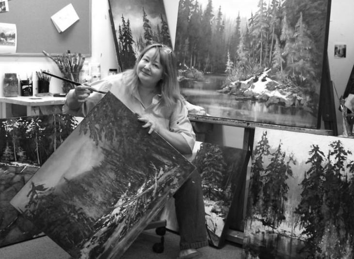 Linda Wilder con sus pinturas