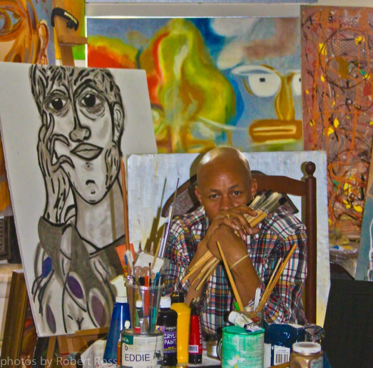 Robert Ross con algunas de sus pinturas