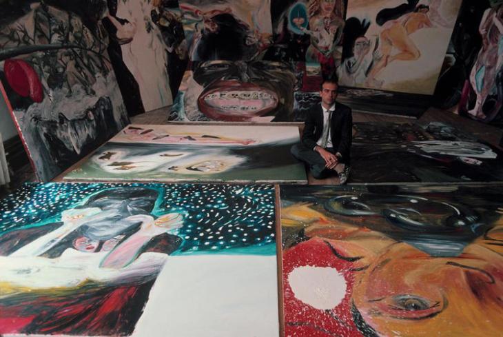 Francesco Clemente con sus obras de arte
