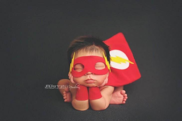 bebé disfrazado de flash